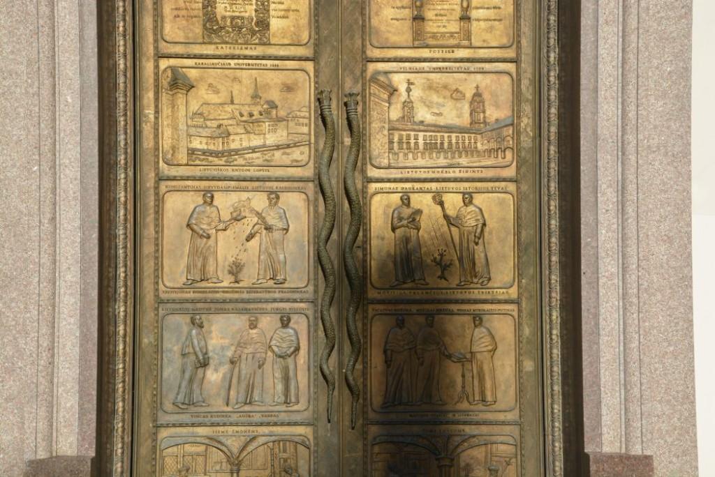 Drzwi biblioteki uniwerstetu w Wilnie